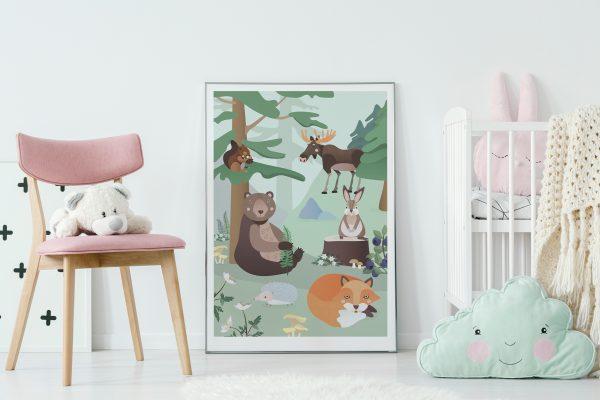 skogsdyr plakat, bjørn, rev, pinnsvin, hare, ekorn, elg, illustrasjon, hvitveis, kantarell, blåbær, barnerom, dyremotiv
